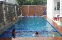 Pembuatan kolam renang dengan lantai con wood