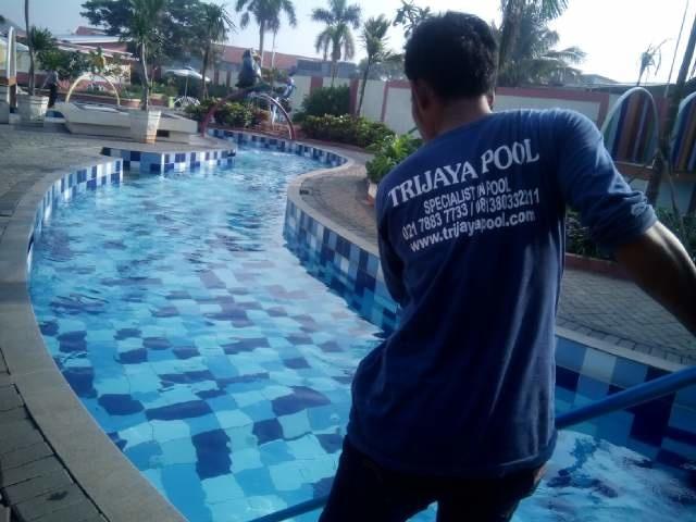 team trijaya pool sedang membersihkan kolam renang