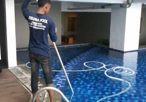 tukang bersihkan kolam renang trijaya pool